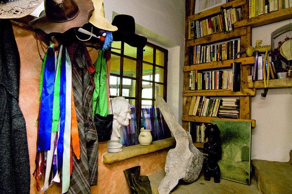 Police imitujúce trámy domu podčiarkujú vidiecku atmosféru. Život kníh sa tu na čas zastavil. História a múdrosť, ktoré pôsobia do priestoru, nútia čitateľa neustále sa k nim vracať a s pýchou ich obdivovať. (foto: Daniel Veselský)
