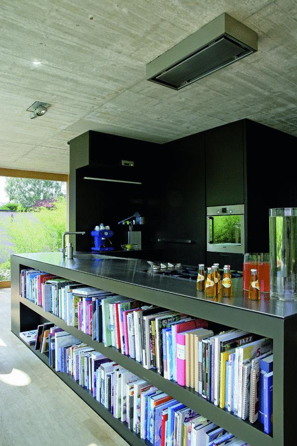 Otvorený viacfunkčný priestor je predzvesťou nových nápadov. Skĺbiť kuchynskú linku s knižnicou je zaujímavým riešením, ako prepojiť obývaciu časť s kuchyňou. (foto: Francesca Giovanelli)