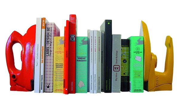 Tip autora: Ak nemáte kníh veľa a na polici zaberajú len obmedzené miesto, zaslúžia si udržať aspoň svoju spoločnú fazónu. Ani v tomto prípade nemusíte zostať dizajnérsky vzdialení. Stačí vám stará, obyčajná, farebne upravená žehlička.