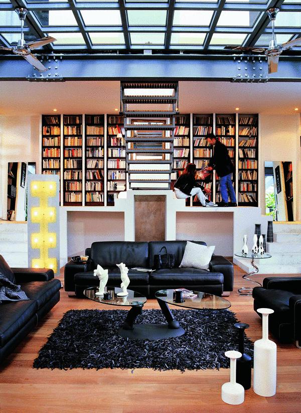 Kreativite sa medze nekladú. Vďaka takto situovanej knižnici sa už aj tak luxusný interiér stáva ešte luxusnejším.