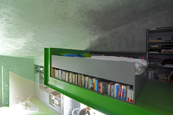 Doslova a do písmena, pod posteľou sa skrýva iný svet. Stačí načiahnuť ruku a vybrať si. Jednoduchší spôsob neexistuje. Bez toho, aby ste spravili čo len krok, ležíte v posteli, beriete do rúk knihu a čítate.