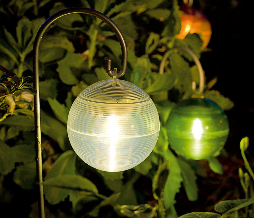 Nezabudnite na osvetlenie. Populárne sú solárne svietidlá stechnológiou LED. Vo večerných hodinách vytvoria čarovnú atmosféru. (foto: Ikea)