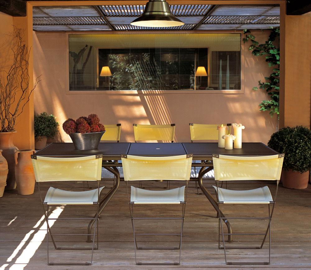 Kolekcia kovového nábytku Axa predstavuje hravú amodernú formu exteriérového bývania, spojenú spraktickými prvkami. Stoličky sú skladacie, takže ich možno využiť vhociktorom kúte záhrady aaj vinteriéri. Na terase, vkuchyni, vpracovni alebo vdetskej izbe, či vzáhrade sa stáva príjemným aživým elementom, spájaným saktívnym amoderným životným štýlom, vktorom sa preferuje jednoduchý afunkčný dizajn. Za ten sú zodpovední dizajnéri zo štúdia Chiaramonte & Marin.