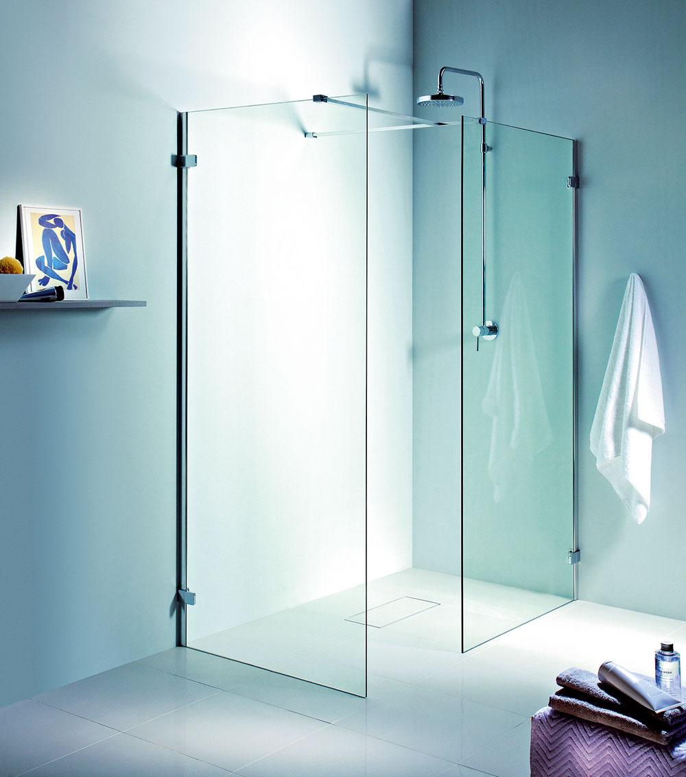 Sklo dominuje kúpeľniam. Najširšie uplatnenie má pri sprchových kútoch. Priehľadné sklenené plochy sú vybavené iba nevyhnutnými prvkami, čo podčiarkuje čistotu ajednoduchosť moderného kúpeľňového dizajnu. Na jednoduché udržiavanie veľkých sklenených plôch sú sprchové kúty vybavené špeciálnou povrchovou úpravou. Novinkou je tzv. walk-in sprchový kút, vktorom sa kombinujú bočné steny srôznymi rozmermi pomocou stenových vzpier. Každý sprchový kút tak možno prispôsobiť danému priestoru.