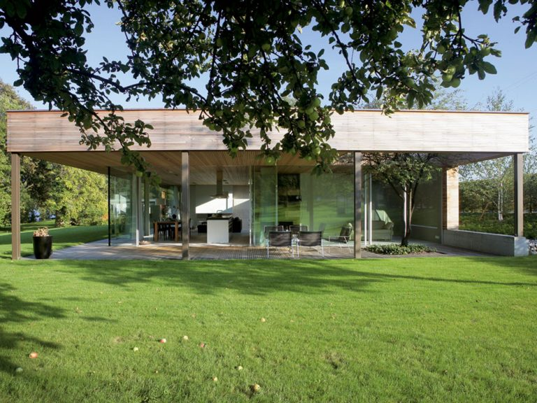 Sklenený dom učupený v parku na brehu Bodamského jazera