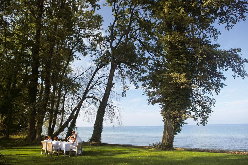 Romantický pozemok pri jazere prekonal aj najodvážnejšie sny jeho nových majiteľov: lesík líp, dubov adivých ruží aobrovský trávnik siahajú až na breh Bodamského jazera.