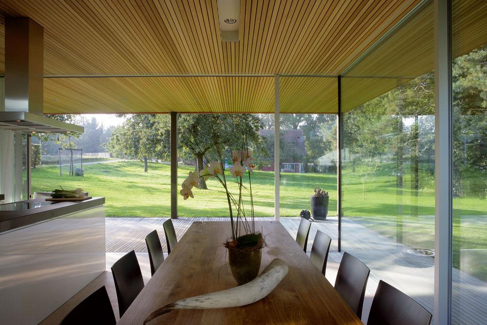 Ani vo svojej západnej časti neostal dom nič dlžný prívlastku transparentný. Kuchyňa ajedáleň plynule prechádzajú až na terasu, zktorej je výhľad na sedliacku usadlosť sovocným sadom.
