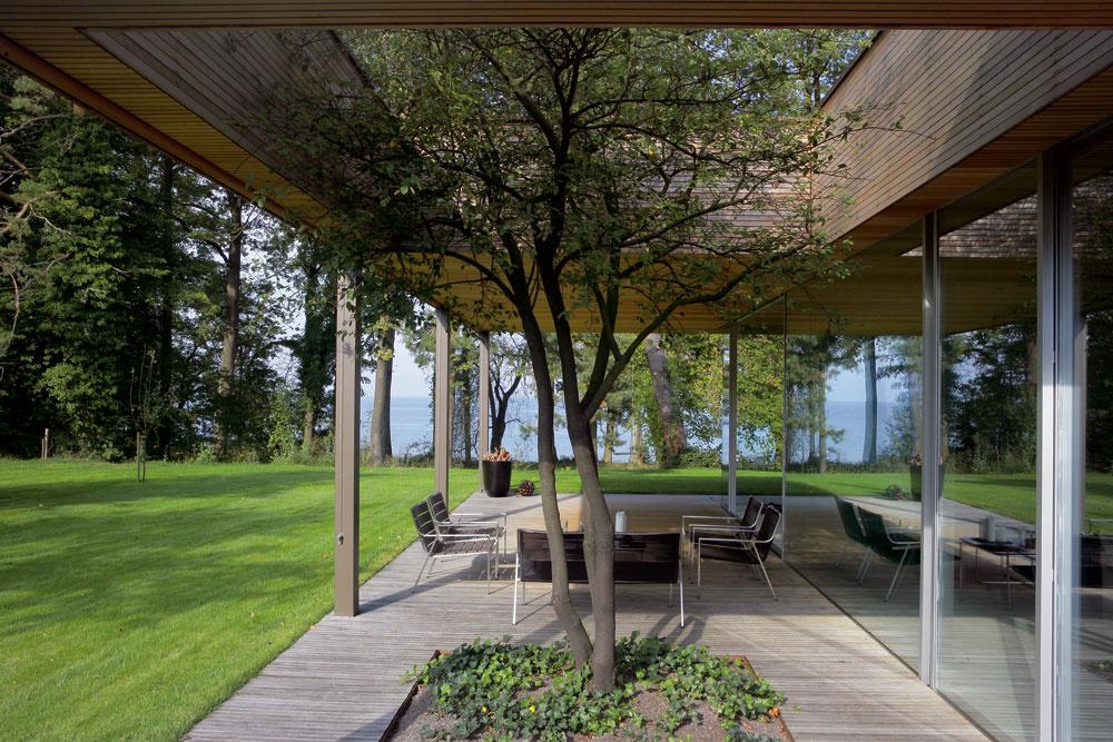 Tichej terase na západnej strane domu dali jeho obyvatelia priliehavý názov Dvor pod stromom.
