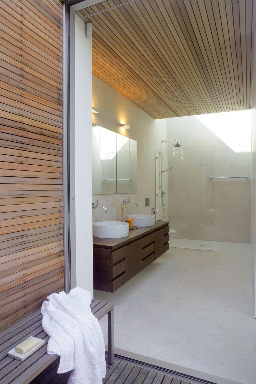 Aj veľkorysá kúpeľňa je plná svetla – zhora ho do nej privádza svetlovod, smerom na východ je otvorená do Kúpacieho dvora. (Skrinky zwenge, keramické umývadlo Laufen abatérie Dornbracht.)