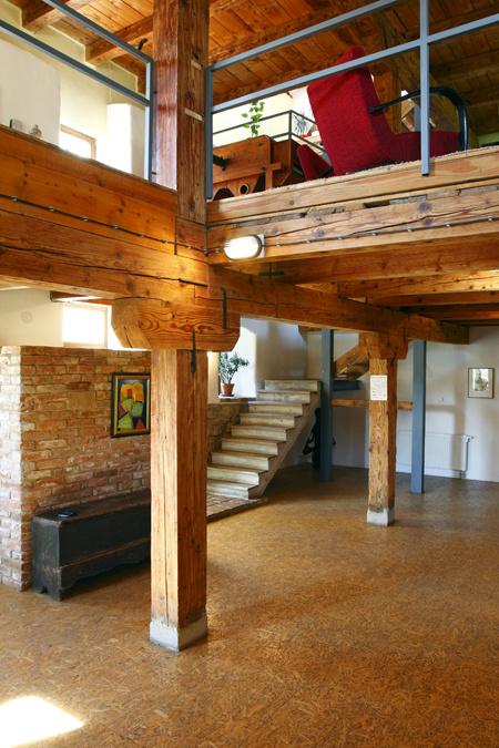 Byť perifériou mezonetového bytu nie je nevýhoda. Takto situované schodisko necháva pod sebou priestor, v ktorom sa môže skryť veľa nepotrebných vecí. (foto: Daniel Veselský)
