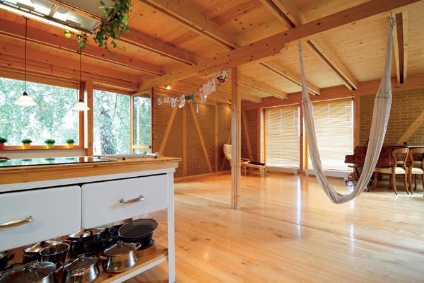 Tip autora: V jednoduchosti je krása. Stačí ak otvorený priestor osolíme a okoreníme štipkou nábytku. V tomto prípade možno schody umiestniť na akékoľvek miesto. Vždy budú tvoriť dominantný prvok celého bytu.
