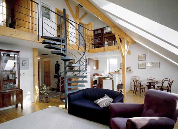 """""""Priečkoschody"""" môžu narušiť otvorenú atmosféru bytu bez toho, aby znepriehľadnili interiér. Sú odpoveďou na požiadavku majiteľa – všetko vidieť, všetko počuť, ale v zmenšenom otvorenom priestore."""