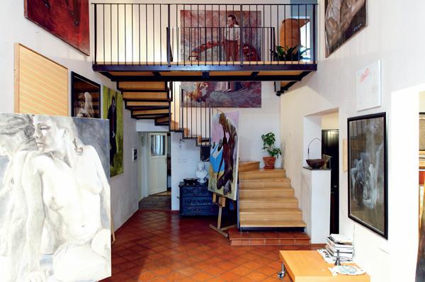 Balkónové javisko je pripravené na prvé dejstvo. Srdcom umelecky sa javiaceho interiéru sa stali schody s balkónom, vedúcim do zákulisia. (foto: Daniel Veselský)