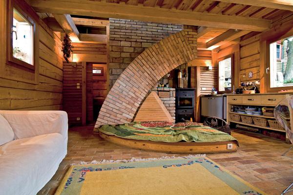 Hra na skrývačku sa môže začať. Neviditeľné schody vďaka tehlovému obkladu vytvorili kúsok z útulnej mozaiky vidieckeho bývania. (foto: Daniel Veselský)