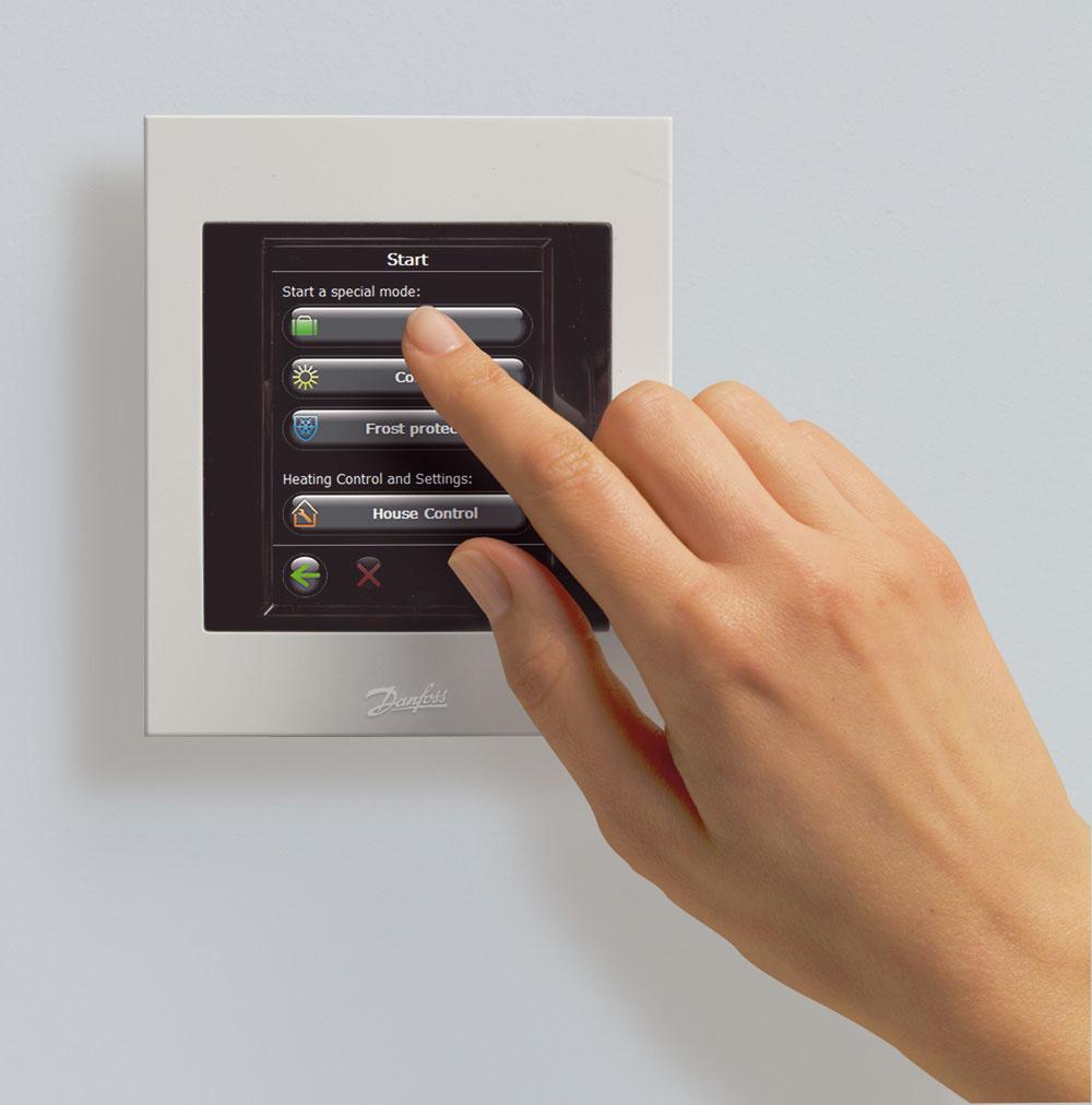Elektronická radiátorová termostatická hlavica môže byť regulovaná centrálnou jednotkou, ktorou je možné ovládať termostatické hlavice aj podlahového vykurovania, ako izapínanie avypínanie svetiel či iných spotrebičov vdome. Jedna centrálna jednotka môže riadiť až tridsať termostatických hlavíc a spolu päťdesiat zariadení (opakovače prenosu signálu, spínacie relé, modul podlahového vykurovania, priestorové termostaty, podlahové termostaty)