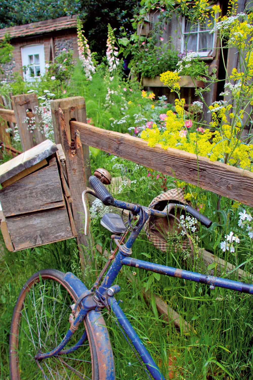 Atmosféru odrastenej vidieckej záhrady podčiarknu zaujímavé rekvizity – starý bicykel, kovové krhly, nepoužívané košíky, náradie či zaujímavé úlovky zpovaly. Pozor však, aby ste to sich množstvom neprehnali.