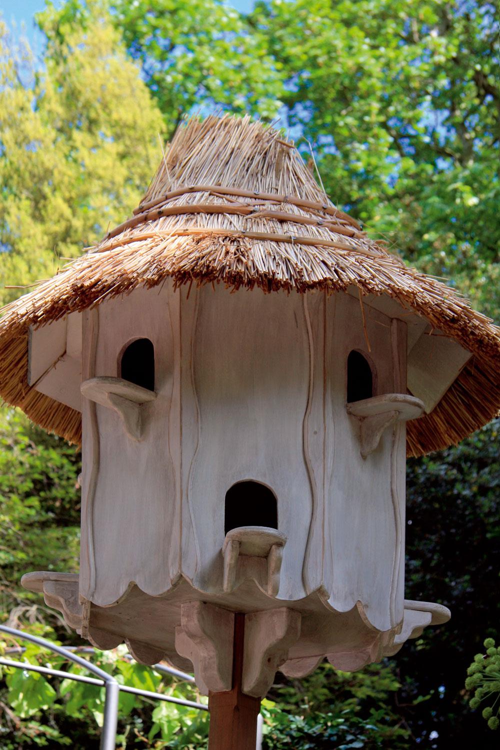 Aj tradičný holubník môže byť zaujímavou súčasťou vidieckej záhrady. Najlepšie je umiestniť ho na dobre viditeľné miesto vblízkosti domu.