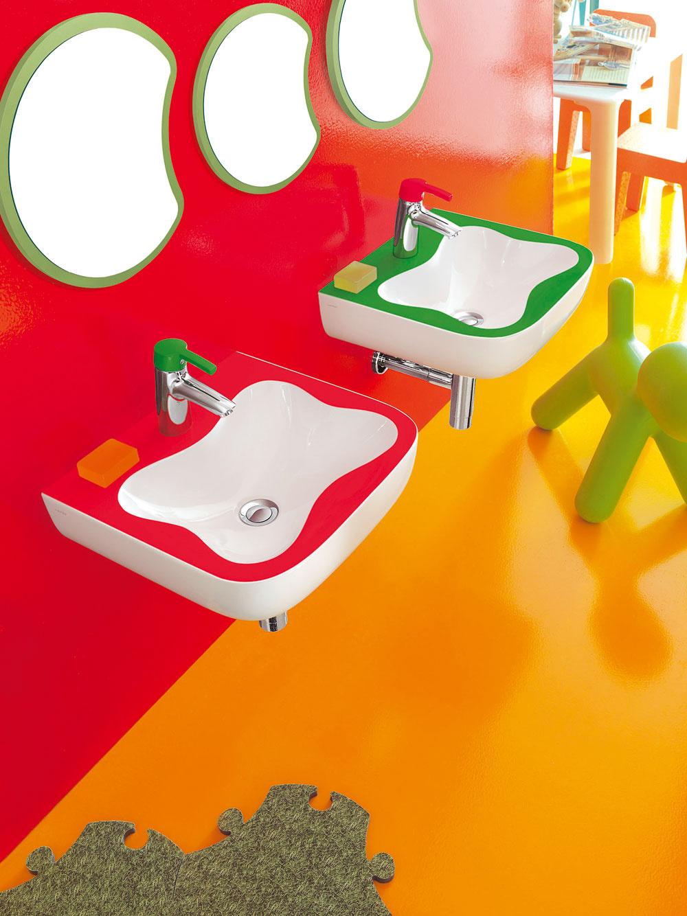 Pozrite sa na svet zdetskej výšky, na záchod sa musia vyštverať, umyť ruky je komplikované, pretože nedočiahnu na batériu aumývadlo je privysoko. Všetko je také zložité... Vkúpeľni dochádza aj častejšie kúrazom, pretože podlaha je šmykľavá, aak je všetko vnedostupnej výške, treba ktomu vyliezť, čo sa môže skončiť tvrdým dopadom.