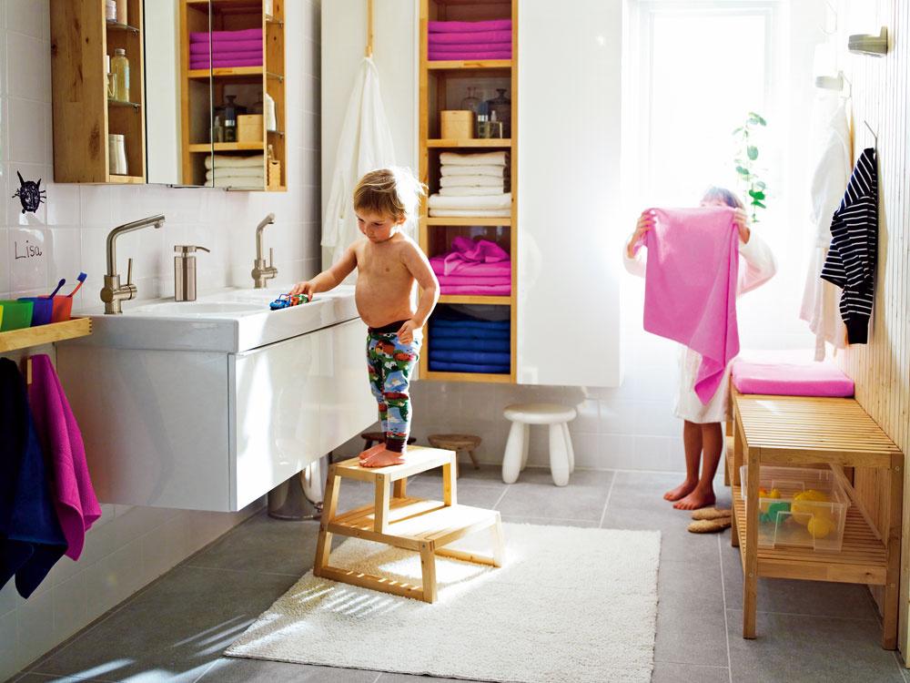 Stupienok alebo schodíky sú praktickým pomocníkom pre deti vkúpeľni pre dospelých. Ktomu zopár farebných uterákov či textilných doplnkov akúpeľňa je bližšie kdeťom.