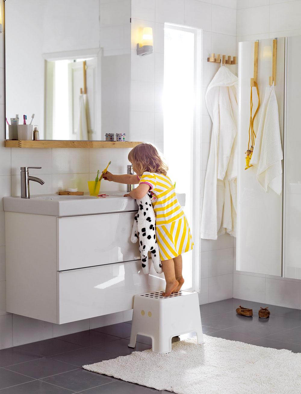 Stupienok pri umývadle je praktický pomocník, ktorý uľahčí deťom cestu k samostatnosti v základnej hygiene. Musí byť stabilný a jeho povrch by nemal byť šmykľavý.