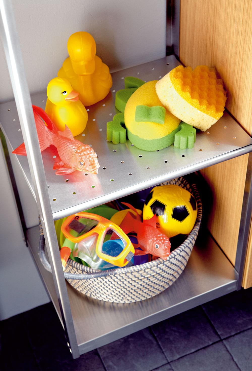 """Praktická polica na všetky """"dôležité"""" predmety potrebné pri morskej výprave vo vani sa vždy zíde. Odkladacích plôch v kúpeľni pre deti nikdy nie je dosť. Otvorený úložný priestor pomáha deťom nájsť to, čo potrebujú. Uložte veci potrebné na zábavu vo vode tak, aby sa knim deti ľahko dostali."""