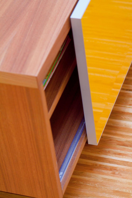 Drevené povrchy vkontraste sfarebnými sklenenými plochami anábytok na mieru