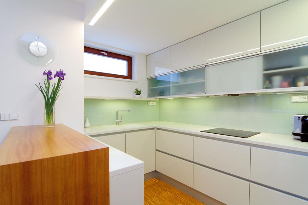"""Kuchyňa aj vpôvodnom projekte bola na rovnakom mieste, ako si ju zariadili pre svoje nové bývanie. """"Kuchynská časť mohla byť oddelená viac. To bol alternatívny návrh našej architektky. My sme si zdvoch možností vybrali otvorenejšiu verziu, vktorej kuchyňa bezprostredne nadväzuje na jedáleň. Mysleli sme aj na lepší výhľad na dieťa, ktoré sa bude po čase batoliť vobývačke."""""""