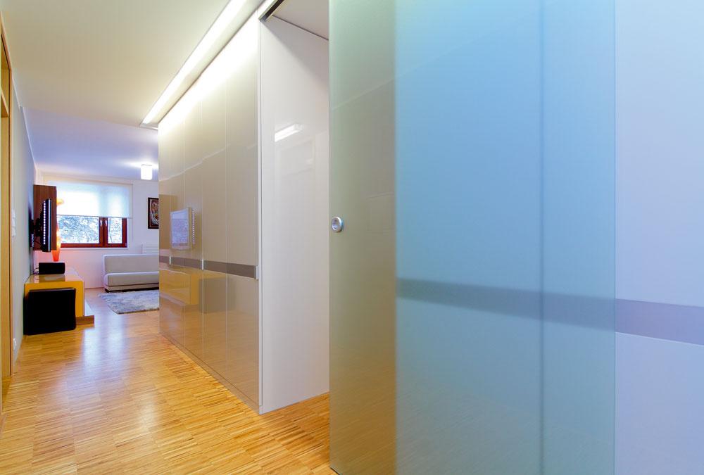 Za posuvnými sklenenými dverami sa začína oddychová zóna bytu so spálňami advoma kúpeľňami.