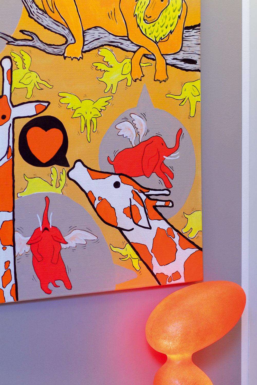 Doplnky si vybrali sami majitelia – farebnú pestrosť si dovolili najmä pri výbere obrazov aorganicky tvarovaných svietidiel. Všetko, čo unich vbyte svieti, sa navrhovalo za účasti Aleša aKláry vateliéri architektov Eichlerovcov.