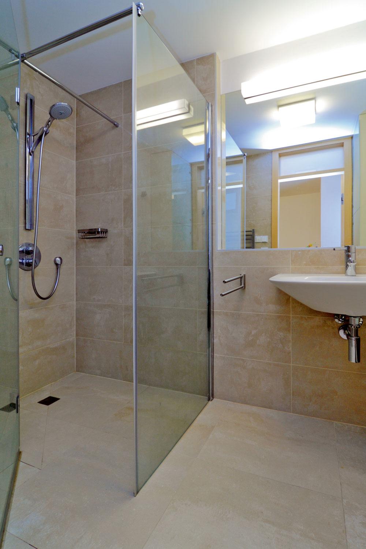 Obklady akúpeľňové doplnky  podľa návrhu majiteľov kompozične ladia sostatným zariadením bytu.