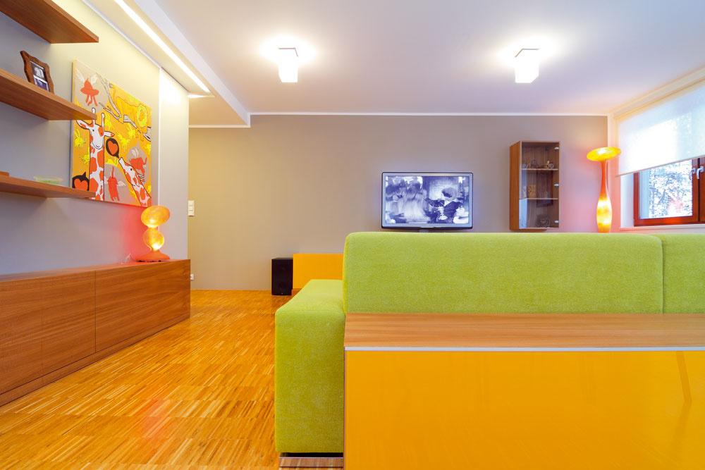 Pokoj štvorcov aobdĺžnikov vo farebnom priestore. Police asteny čakajú na ďalšie pripomienky zciest. Stým, že sa budú zapĺňať, sa počítalo už pri návrhu zariadenia obývačky.