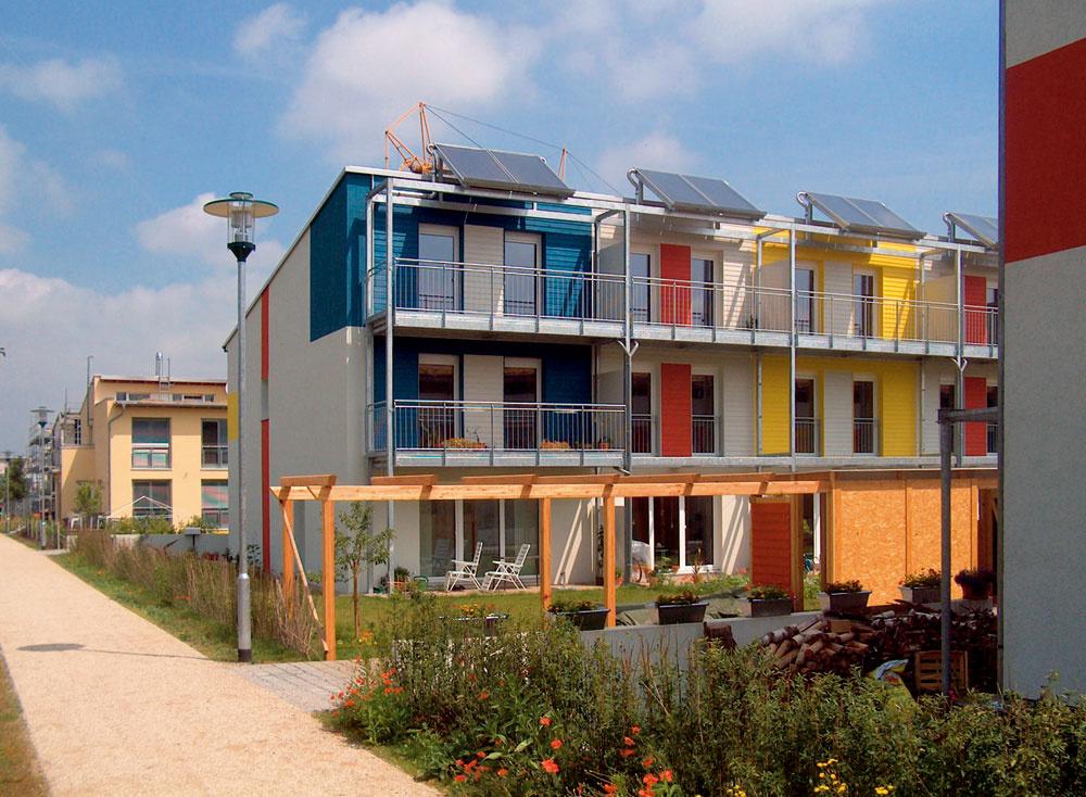 Príklady pasívnych domov srôznym architektonickým riešením – podľa vzhľadu aarchitektonického výrazu ťažko rozlíšime efektívne budovy od bežných stavieb.