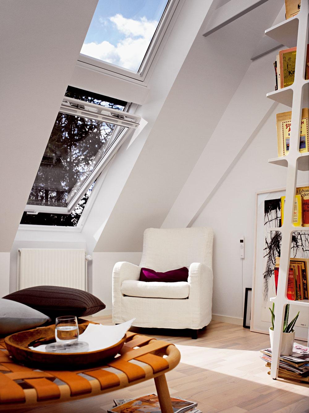 Vyberáme strešné okno Orientovať sa vširokej ponuke strešných okien nie je jednoduché. Navyše, je dôležité vybrať aj vhodné doplnky. Ako postupovať pri výbere? Na začiatku sa musíte rozhodnúť, zakého materiálu chcete mať strešné okná, či uprednostňujete drevo, alebo plast. Drevené okná predstavujú klasiku, ide oprírodný, teplý materiál, ktorý prispeje kvytvoreniu útulnej atmosféry rovnako vstarom dome po rekonštrukcii na dedine, ako aj vmodernej mestskej zástavbe. Plastové strešné okná sú bezúdržbové aodolné proti zvýšenej vlhkosti vinteriéri, napríklad vkúpeľni alebo kuchyni. Uplatnenie nájdu všade tam, kde sa kladie dôraz na eleganciu akde biele okná ladia so zariadením interiéru. Montáž strešných okien adoplnkov je najlepšie zveriť niektorej firme zo zoznamu certifikovaných montážnych firiem.