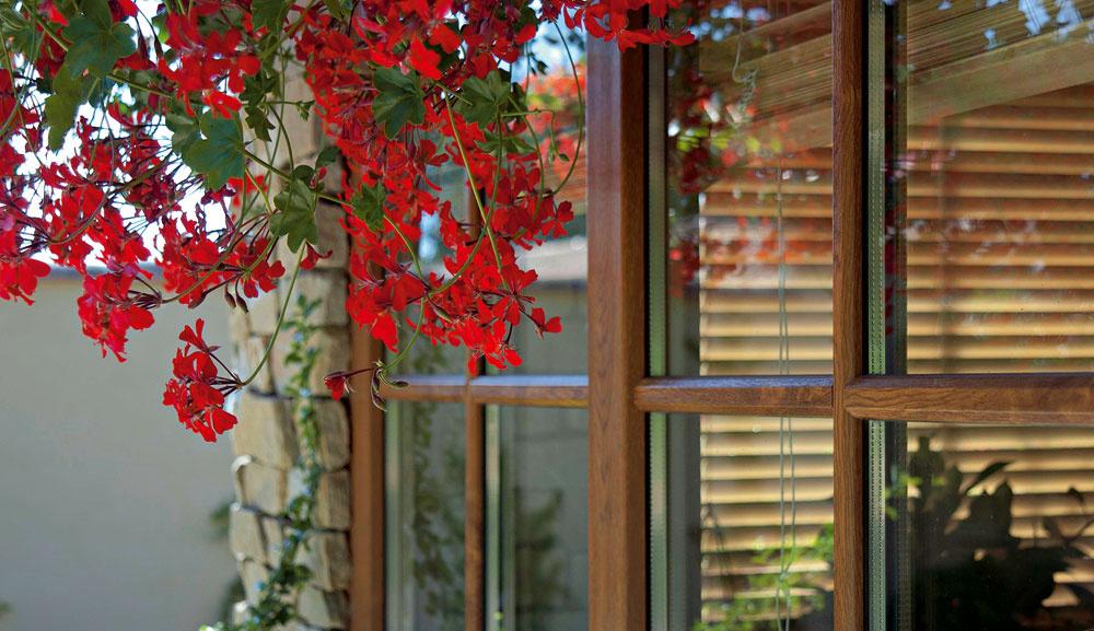 Plastové okná dokážu verne imitovať aj dekor dreva.