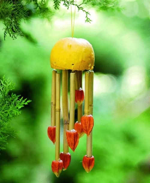Et voilà, tekvicová zvonkohra. Malá okrasná tekvica, bambusová tyčka, plody machovky, drôt a lyko. Machovková nádielka vďaka svojej sýto oranžovej farbe rozzvoní srdce každého interiéru. (foto: Petra Bošanská)