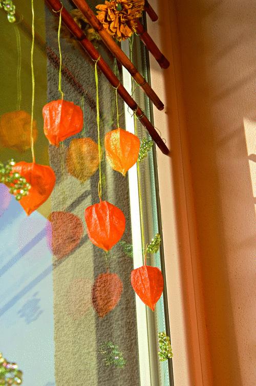 """Okná """"zajesené"""" plodmi ukrytými v oranžových lampášikoch svojou krásou vítajú domácich i návštevníkov. Prostá romantika okennej záhrady vyčarí jesennú atmosféru vášho príbytku zvonku i z vnútra."""