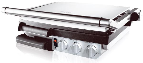 Kontaktný gril Catler GR 8010, systém uzamykania umožňuje použitie nielen vo forme kontaktného, ale aj otvoreného grilu. Spodná grilovacia doska plochá, vrchná vrúbkovaná s rozmermi: 38,1 × 28,9 cm, s nepriľnavou úpravou Quantanium, nastaviteľný sklon spodnej dosky na odvádzanie prebytočného tuku do odkvapkávacej misky nastavenie teploty od 180 do 220 °C, 15-minútový časovač, svetelná indikácia nahriatia grilovacích plôch. Príkon 2 200 W. Cena 234,99 €. Predáva Planeo Elektro