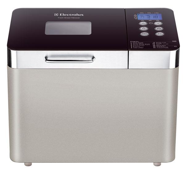 Domáca pekárnička Electrolux EBM8000 sprídavnou nádobou na koláče asprogramom nazvaným Rýchly chlieb. Dve formy na pečenie spolu so špeciálnym nožom uľahčia vyberanie pokrmu (vďaka nepriľnavému povrchu). Malý tip: skúste piecť chlieb svyužitím teplovzdušného ventilátora amôžete sa tešiť na ešte chrumkavejšiu kôrku. Príkon 680 W, kapacita 500 g, 750 g a1 kg, 16 programov, strieborná farba. Cena 137,90 €.