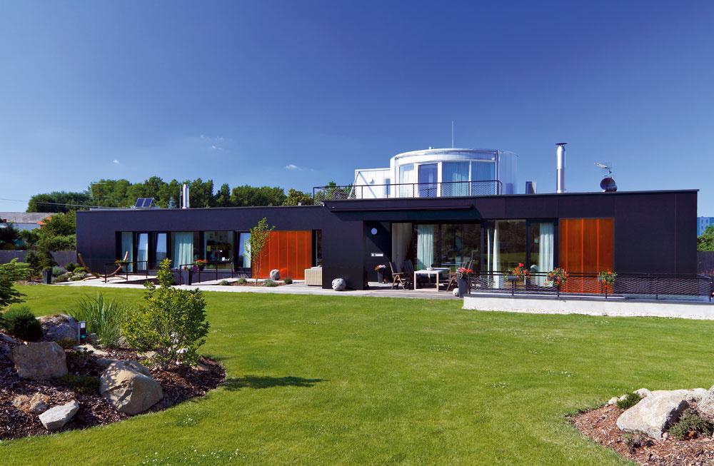 Dom zdielne architekta Luďka Rýznera má dvojakú povahu. Zulice vyzerá ako pokojný introvert, do záhrady sa však svojim majiteľom primerane predvádza. Aje na čo sa pozerať! Stavba je zasadená do terénneho zlomu svýškovým rozdielom jedného poschodia.