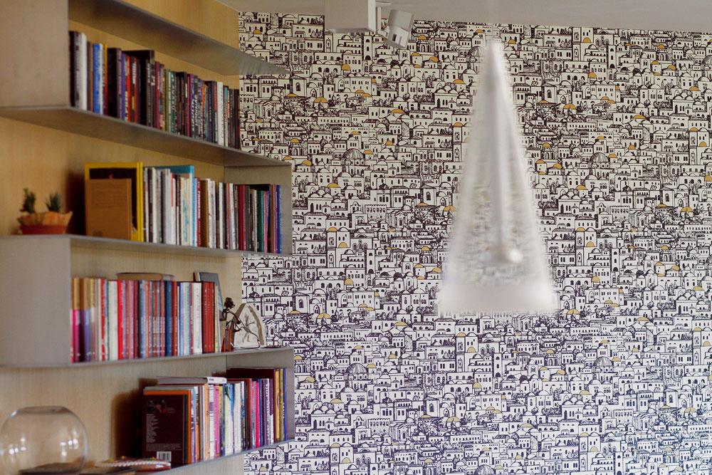 Na obývačkovej stene im vďaka originálnej tapete od Color Design vyrástlo celé mesto. Vzime sa tu sedí jedna báseň, stena za tapetou je totiž vyhrievaná.