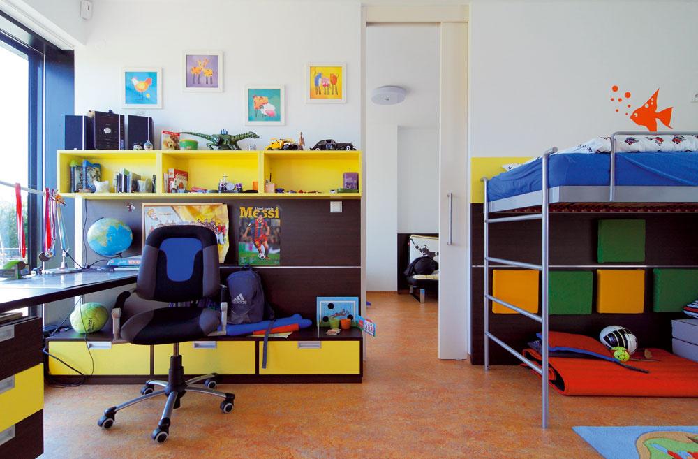 Naozajstné kráľovstvo chlapcov. Detské izby sú prepojené šatníkom aposuvné dvere si môžu chlapci podľa nálady buď otvoriť, alebo zavrieť. Na konci majú obidvaja herňu, do ktorej im rodičia umiestnili počítač atelevízor. Majú tak jasne definované, kde sa budú hrať akde učiť či odpočívať.