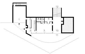Pôdorys prízemia 1 – garáž, technológie 2 – šatník 3 – zádverie 4 – hala 5 – relaxačná miestnosť sbiliardom 6 – sprcha  7 – WC 8 – sauna 9 – technológie, práčovňa 10 – krytá terasa 11 – átrium 12, 13 – vonkajšie schodisko
