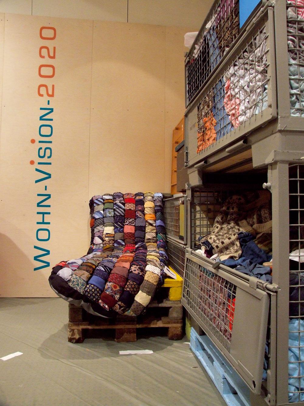 Moderný je dizajn, ktorý premieta stopy predošlého života do vzhľadu nových úžitkových predmetov. Takto sa vystavovalo vo Frankfurte na Ambiente 2011. Ošúchanosť, patina, zrecyklované kravaty, papier, palety.