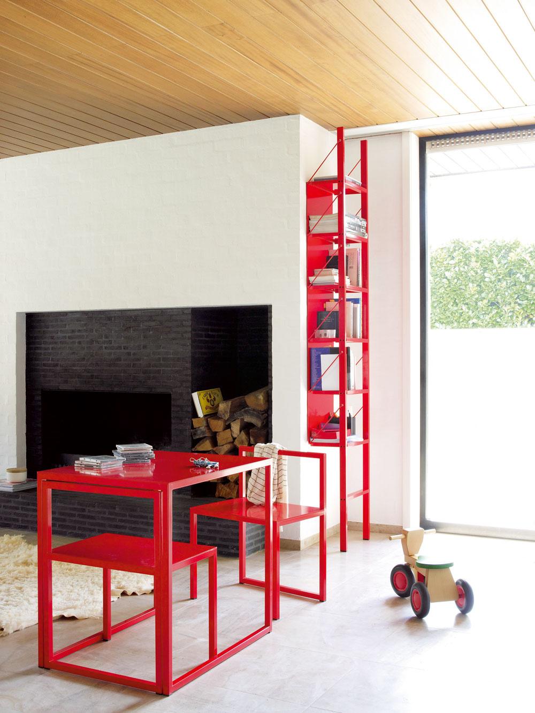 Katrien van Hulle navrhuje hliníkový nábytok so špeciálne upraveným povrchom na vonkajšie použitie, ale čoraz viac kúskov si ľudia umiestňujú aj do svojich domov.