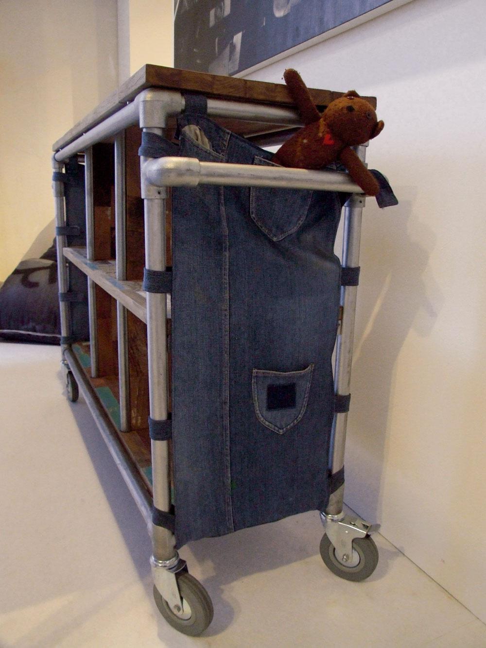 Zahľadí sa dizajnér na horu odpadu askrsne vňom nápad na nový nábytkový kúsok, objaví nový tvar vkuse odpadu, inšpiruje ho náhodné susedstvo foriem afarieb, čudesná súhra smetiskových novotvarov. Možno sa zháňa po súcom odpade pre svoj už vhrubých črtách navrhnutý dizajnérsky model ašpekuluje, ktorý zpoužitých materiálov alebo nepotrebných vecí by dodali jeho prototypu potrebný šmrnc. Inšpirácia anápaditosť prichádza rôznymi cestami, dôležité však je, že ekologické arecyklované či recyklovateľné sa stalo trendom slávnych dizajnérskych značiek. (dizajn: Idi Studio)