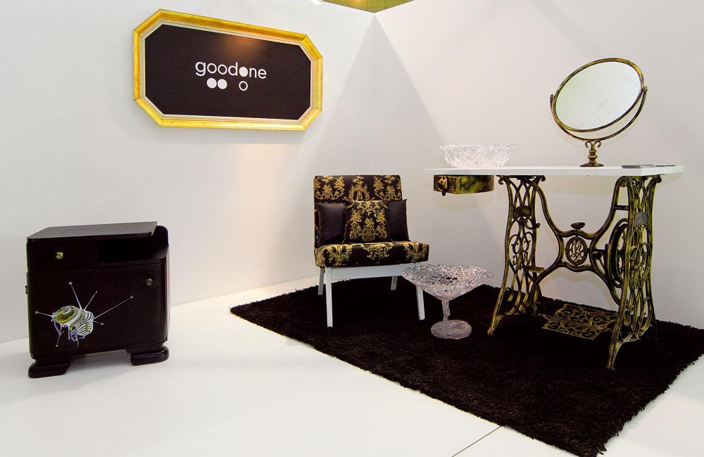 Ekozátišie nitrianskeho Fóra nábytku: Monika Žažová aJana Konečná premaľovali Black bedside, teda nočný stolík, prezliekli kreslo, podnož šijaceho stroja pretvorili na kozmetický stolík. (dizajn: good one)