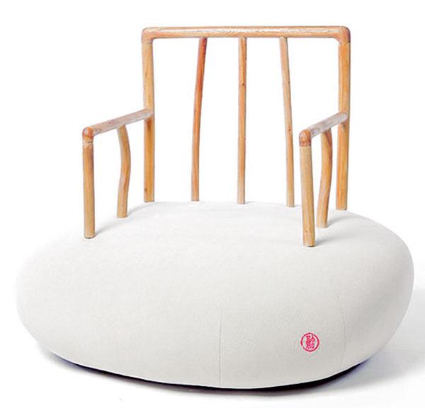 Prírodný, eklektický avtipný dizajn podľa návrhu Xiao Tianyu, ktorý opierku včínskom štýle Ming zasadil do západného štýlu sedáka. (dizajn: Wuhao Curated Shop)