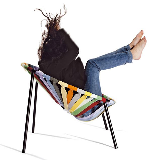 Štyridsať farebných elastických popruhov upevnených na konštrukcii z rúrkovej ocele navrhol bulharský návrhár Veličko Velikov, aby v manufaktúre chýrnej značky Lago pre Milánsky týždeň dizajnu vyrobili stoličku Lastika.