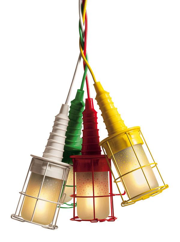 USelettiho majú radi industriálno aveselú farebnosť: svietidlo Ubiqua asieťkovaný stolček na všeličo.