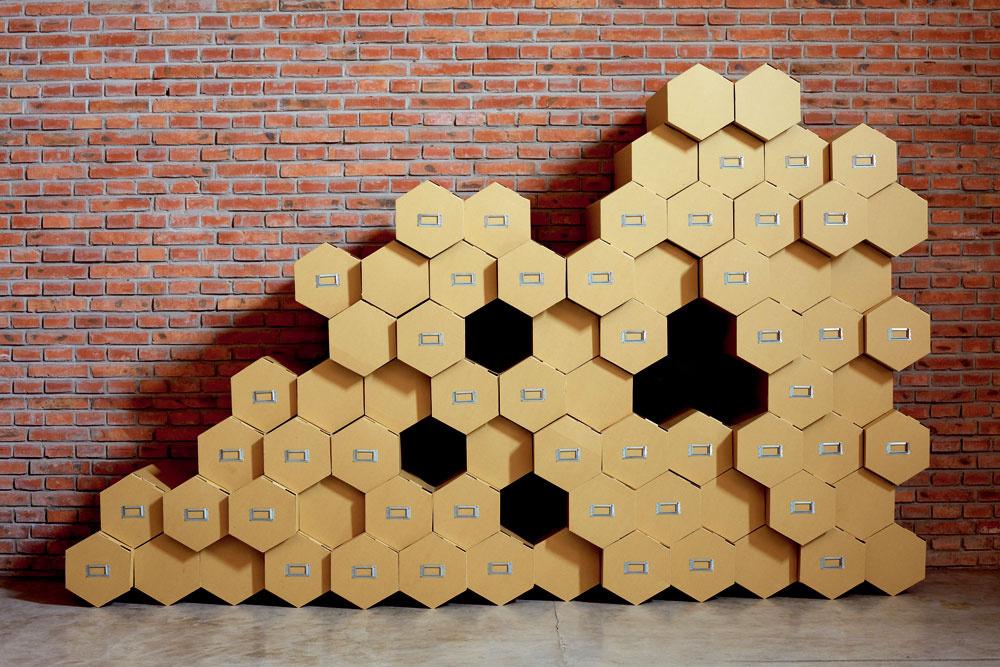 Li Naihan pre výstavu China Design Market – Wó Yóu Travelogues skomponoval zásuvkovú stenu Beehive z lepenky na obraz včelieho plástu. Podľa vlastnej predstavy si možno z vybraného počtu modulov vytvoriť potrebný tvar a veľkosť steny. (dizajn: Bao atelier HK)